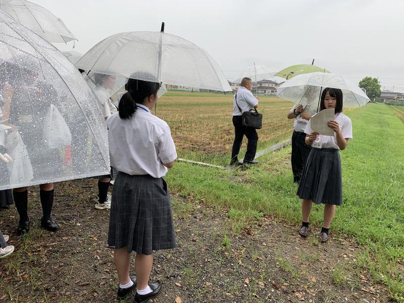 明野高校での農場見学のようす